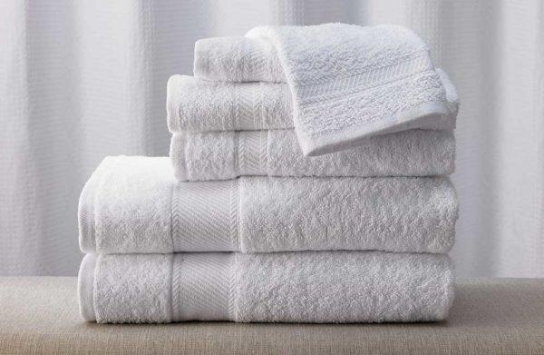 Giặt và phơi khăn bông tắm khách sạn trước khi đưa vào sử dụng