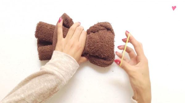 Xếp khăn tắm hình teddy bear bước 2