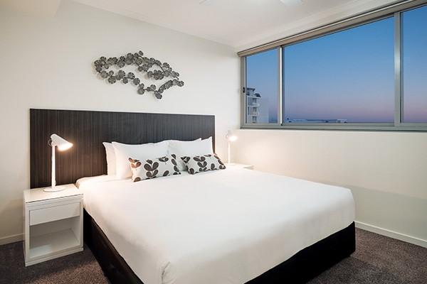 tại sao lại có 4 chiếc gối trên giường đôi của khách sạn