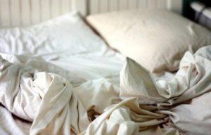 Khăn trải giường bị ố vàng cần phải thay