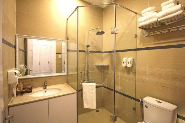 Dùng nước hoa để khử mùi hôi nhà vệ sinh khách sạn