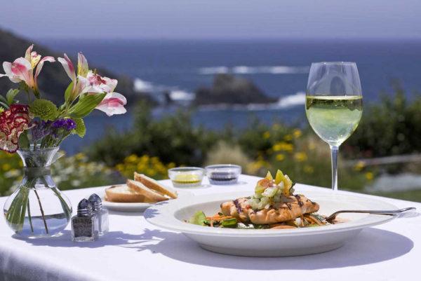 Tại sao ăn hải sản thì nên uống rượu?
