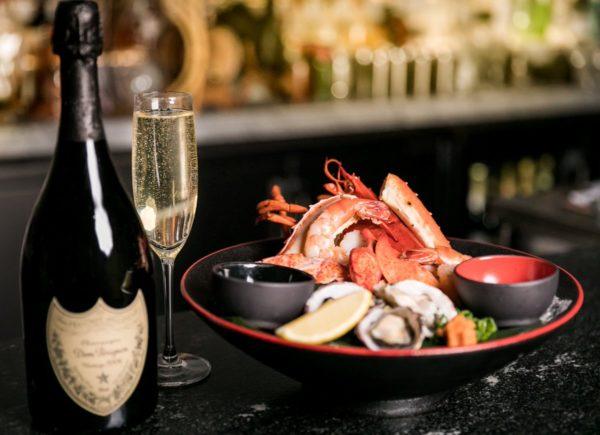 Rượu vang sủi tăm cùng với hải sản
