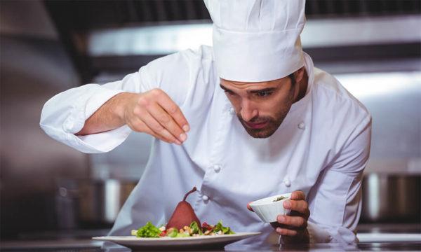 Lí do đầu bếp thường không mang găng tay khi nấu nướng
