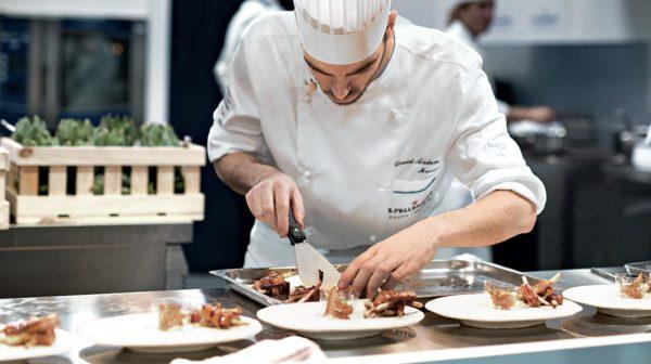 Găng tay khiến hạn chế thao tác linh hoạt của đầu bếp