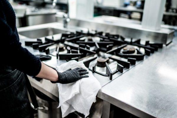 Làm vệ sinh bếp trong mỗi ca làm việc gồm những gì