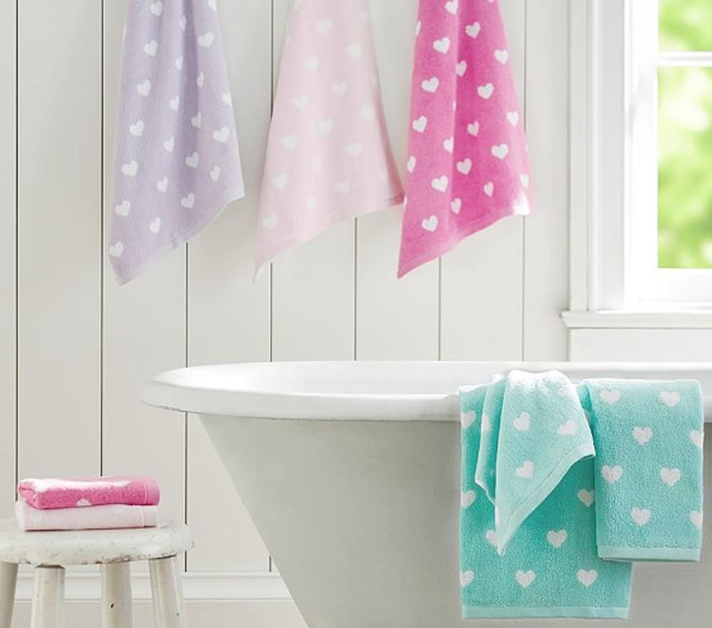 Bước 1: Sử dụng khăn tắm lau khô cơ thể sau khi tắm