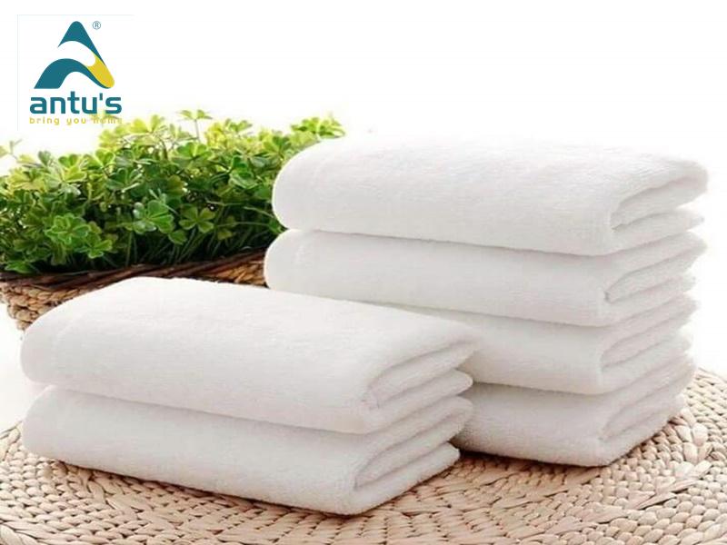 Sau khi sử dụng khăn, bạn nên giũ qua khăn một lượt và treo tại những nơi khô ráo