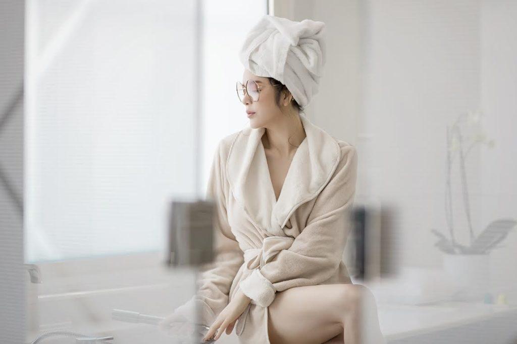 Bước 4: Sử dụng khăn tắm quấn khăn quanh cơ thể